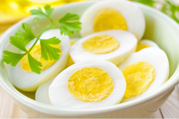Trứng gà ta luộc để hấp thụ đầy đủ chất dinh dưỡng
